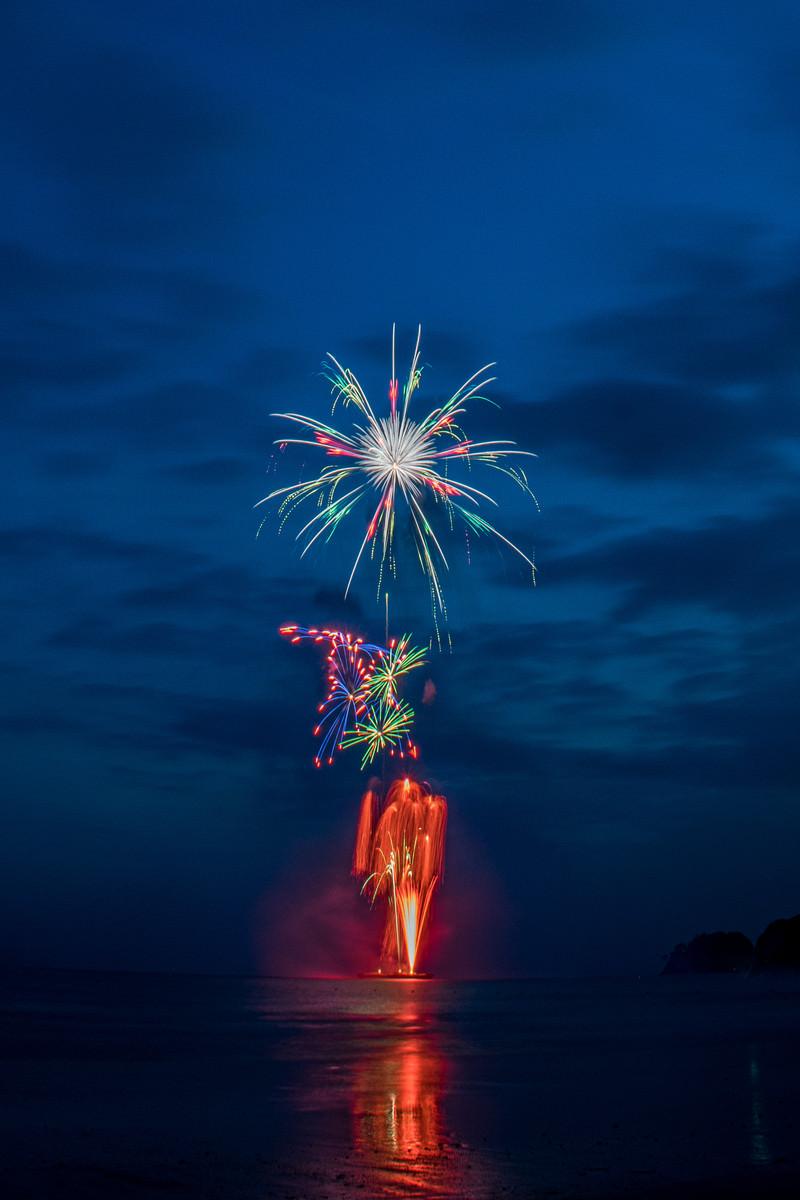「海上から打ち上がる花火大会」の写真