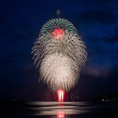 美し海上の打上花火の写真