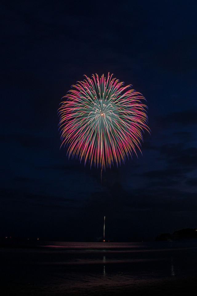 夜空に大きく花咲く打上花火の写真