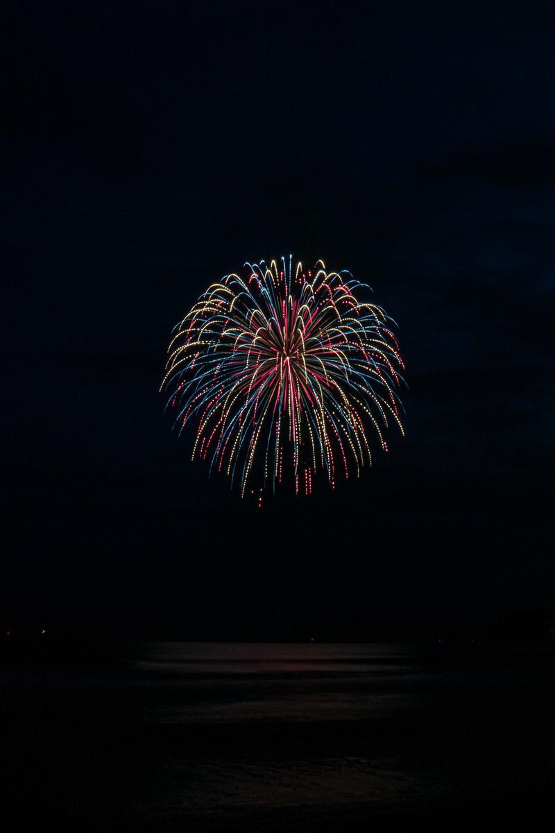 「ポンポンのような打上花火」の写真