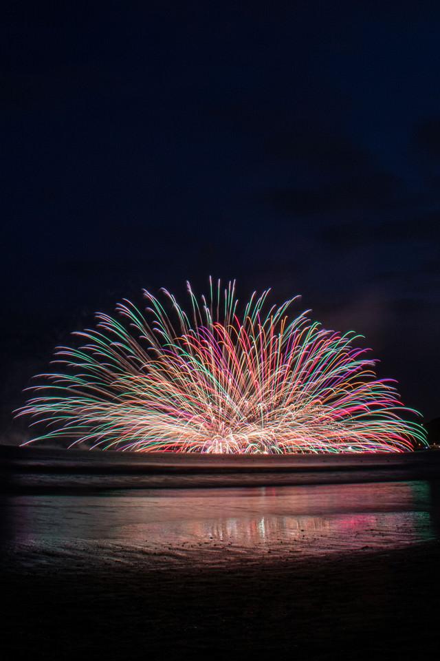 連発する水中花火(鎌倉花火大会)の写真