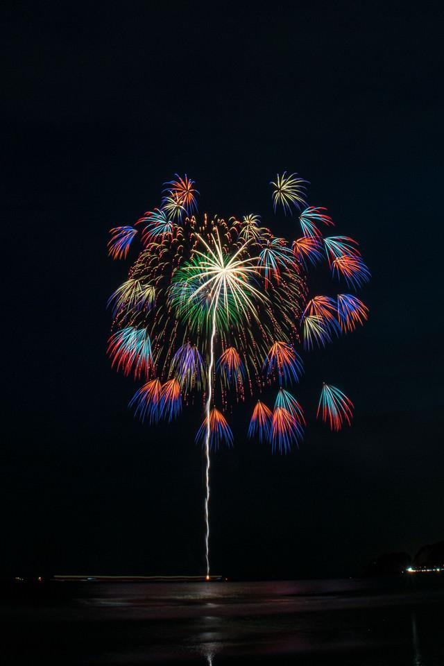 大きい花火と色鮮やかな小さい花火の写真
