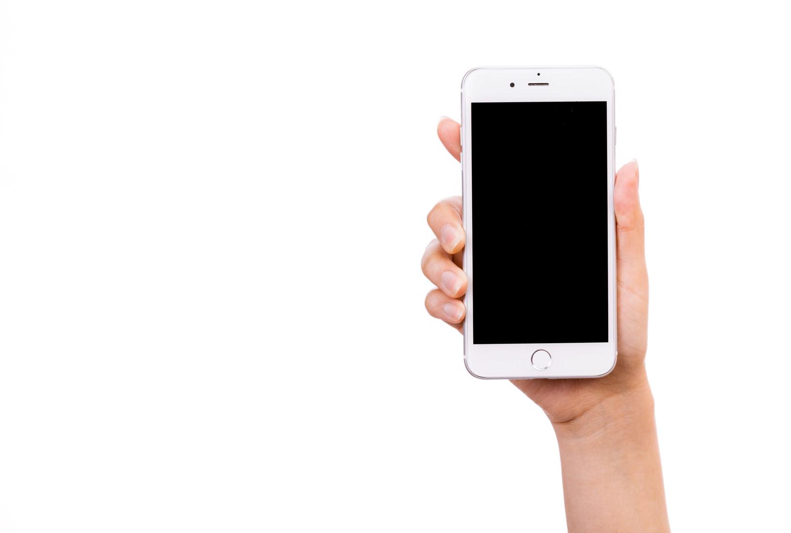 「スマートフォンを手に持って画面を見せる(切り抜きしやすい)」の写真