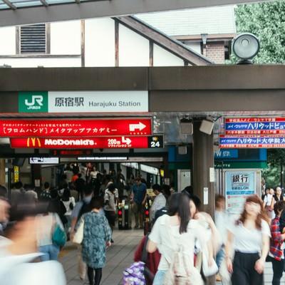 「利用者の多いJR原宿駅前」の写真素材
