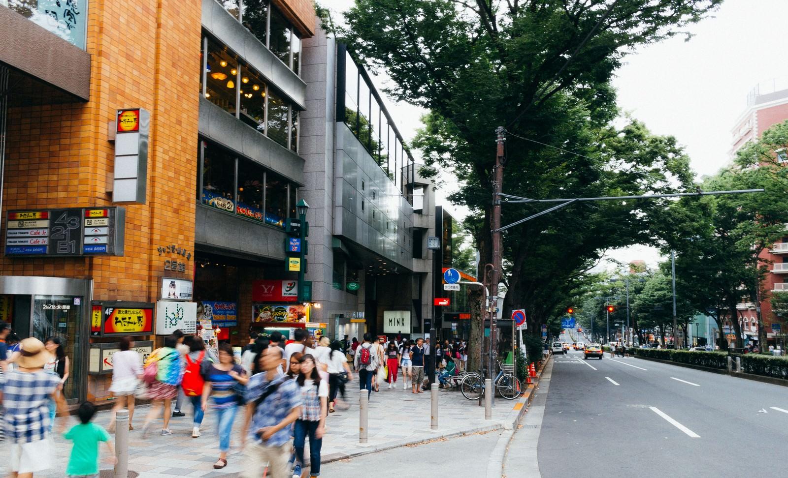 「人通りの多いストリート」の写真
