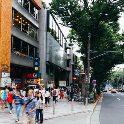 「人通りの多いストリート」の写真素材