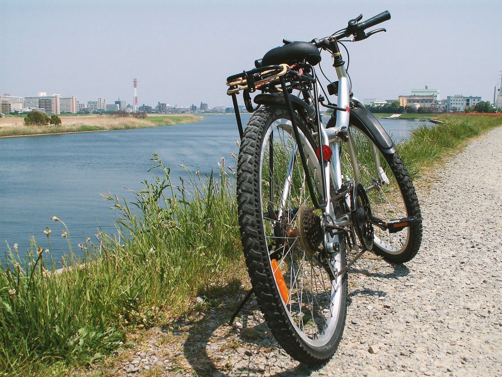 「河川敷の砂利道と自転車河川敷の砂利道と自転車」のフリー写真素材を拡大