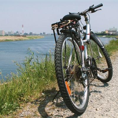 河川敷の砂利道と自転車の写真