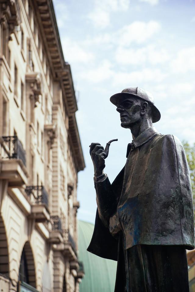 ロンドンにあるシャーロックホームズの像の写真