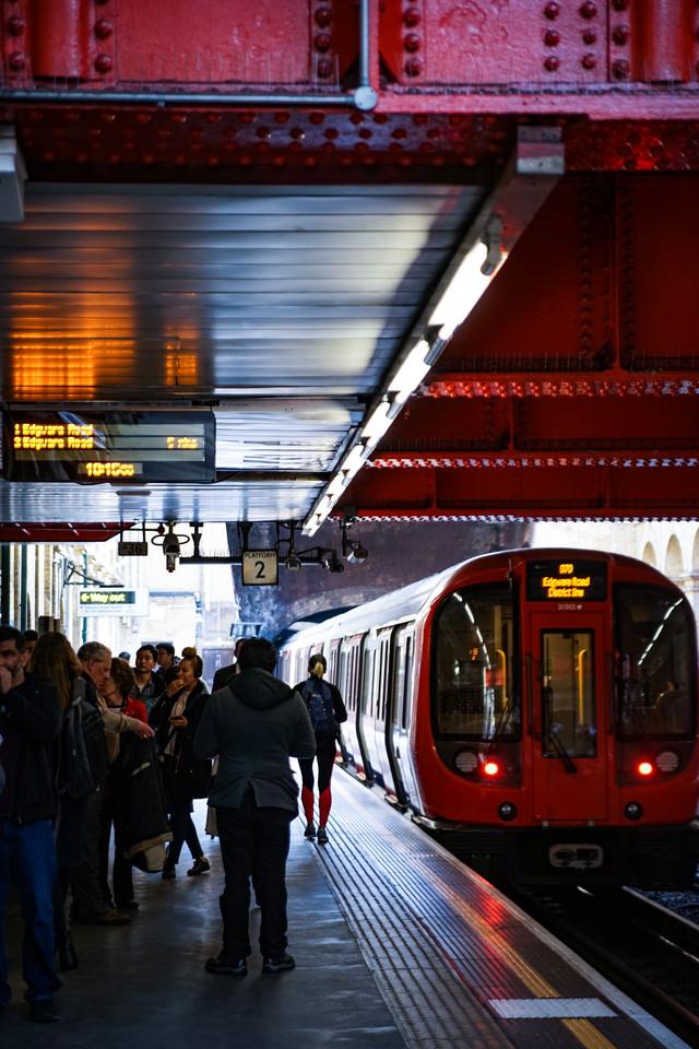 地下鉄ホームを行き交う人々(ロンドン)の写真