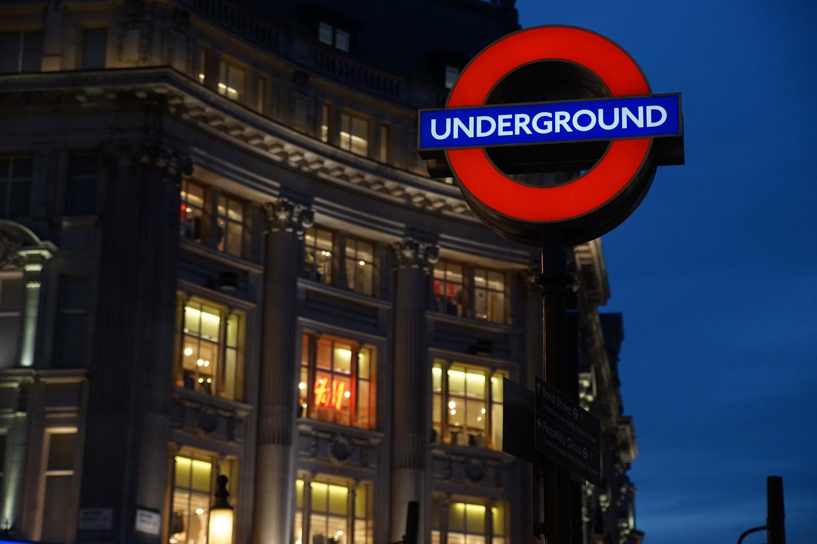 「ロンドンの街並みと地下鉄の入口案内板」の写真