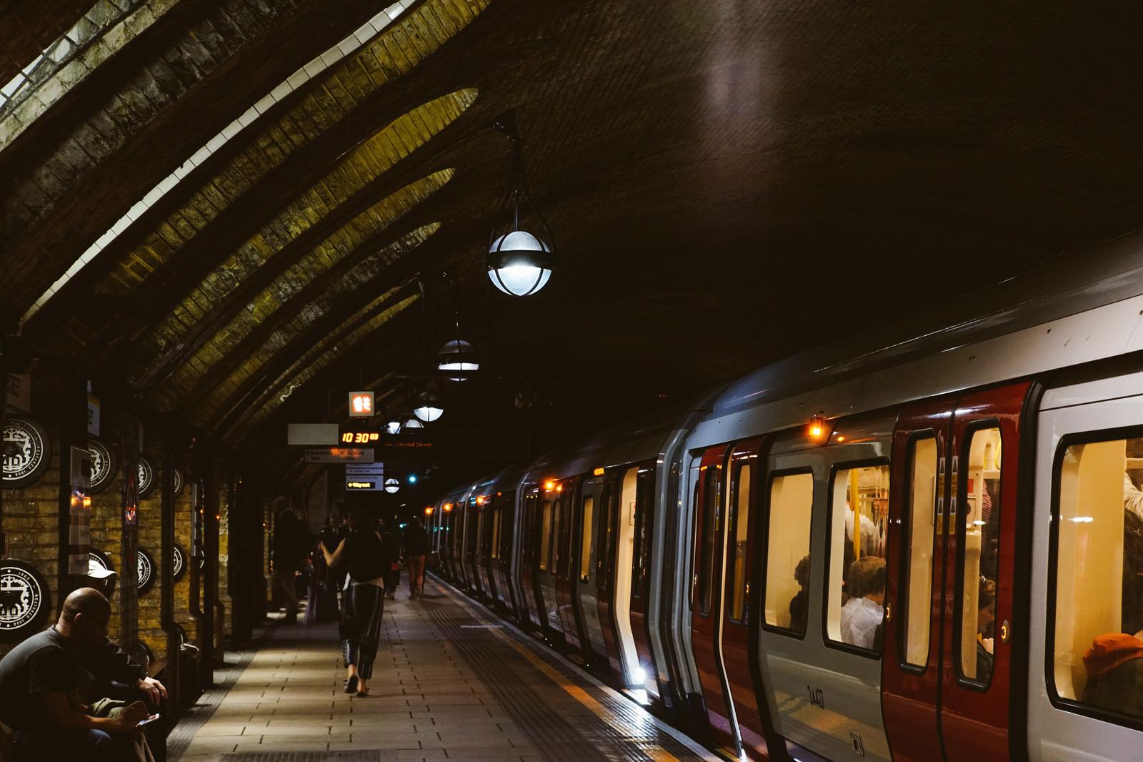 「地下鉄のホームと利用客(ロンドン)」の写真