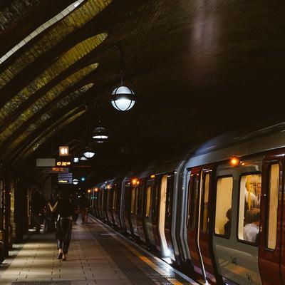 地下鉄のホームと利用客(ロンドン)の写真