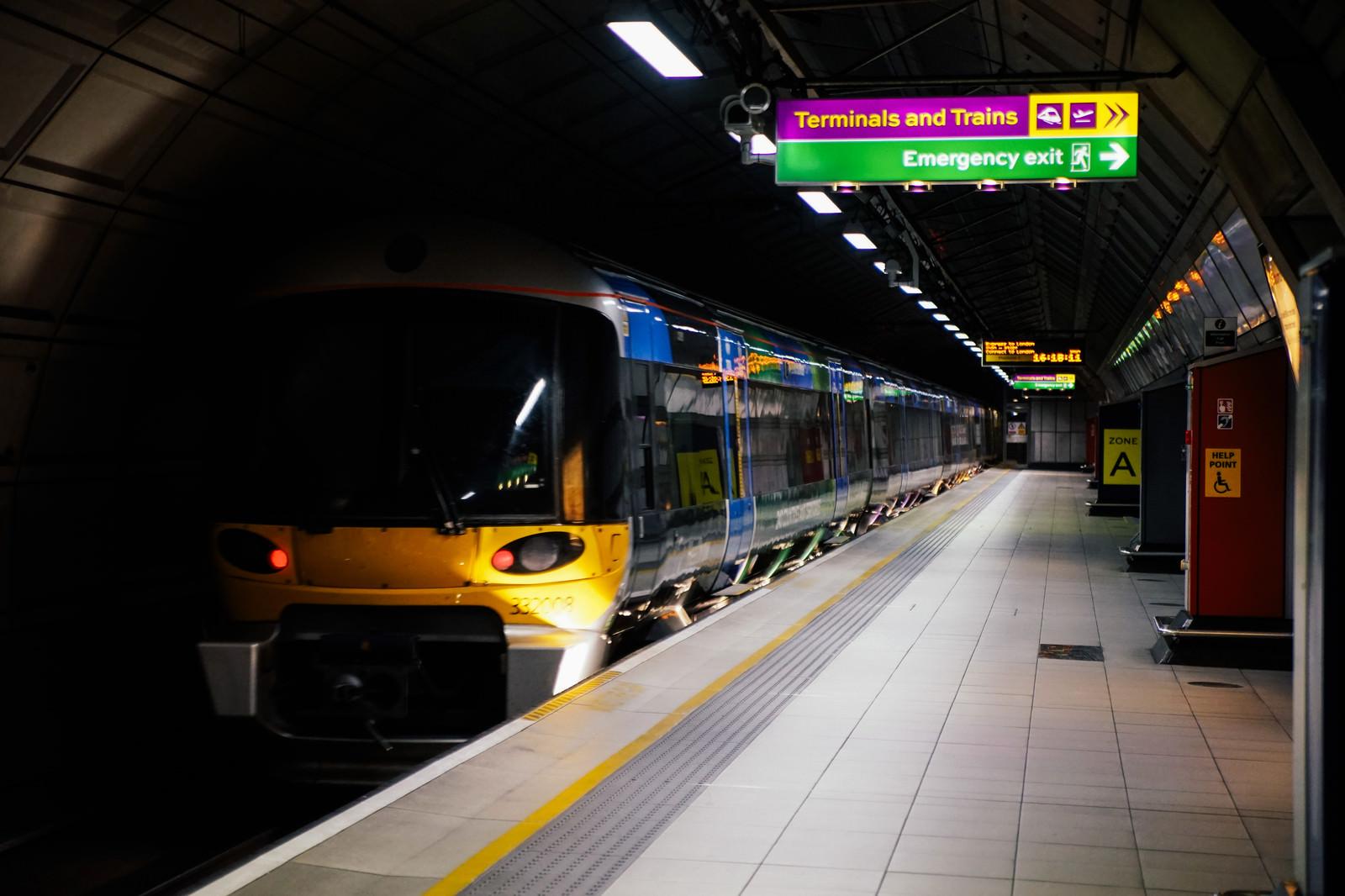 「空港列車と駅のホーム(ロンドン)」の写真
