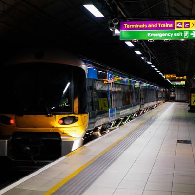 空港列車と駅のホーム(ロンドン)の写真