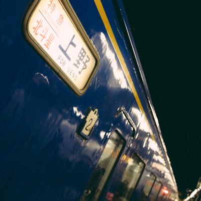 ホーム停車中の寝台特急北斗星の写真