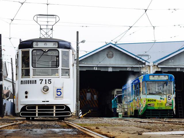 路面電車と車庫の写真