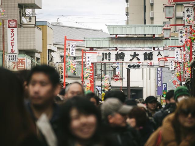 人混みで溢れる川崎大師の写真