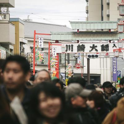 「人混みで溢れる川崎大師」の写真素材