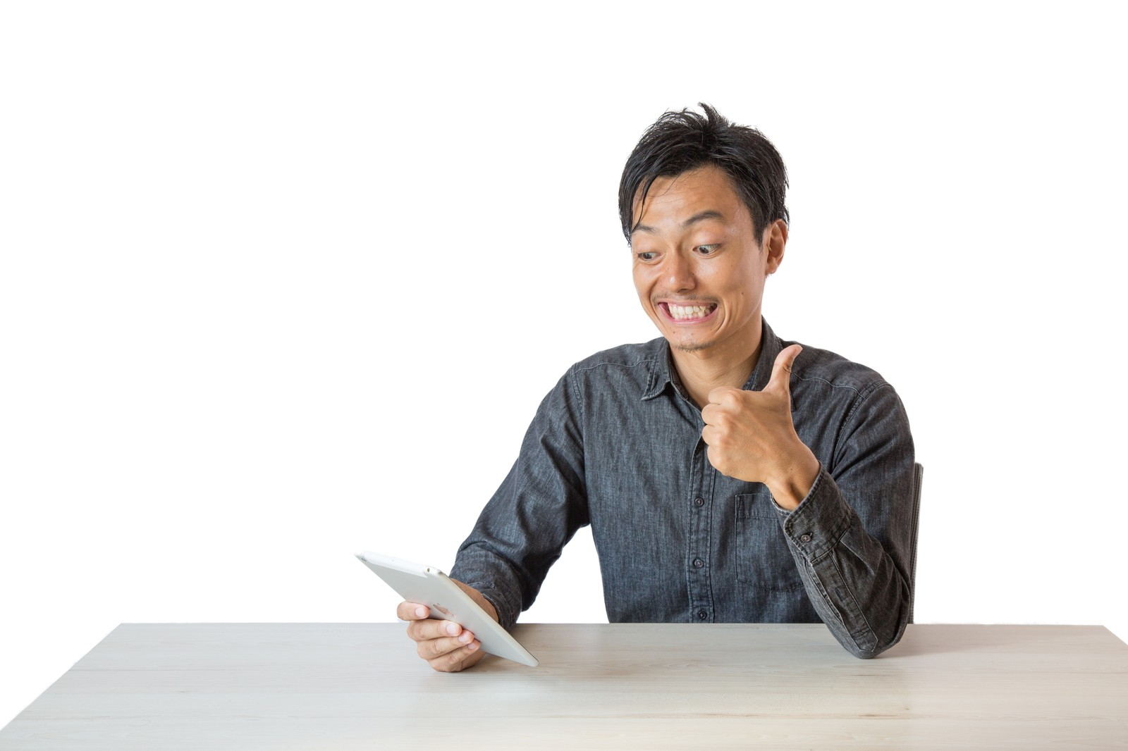 「エゴサーチを見ては一喜一憂する男性」の写真[モデル:藤沢篤]