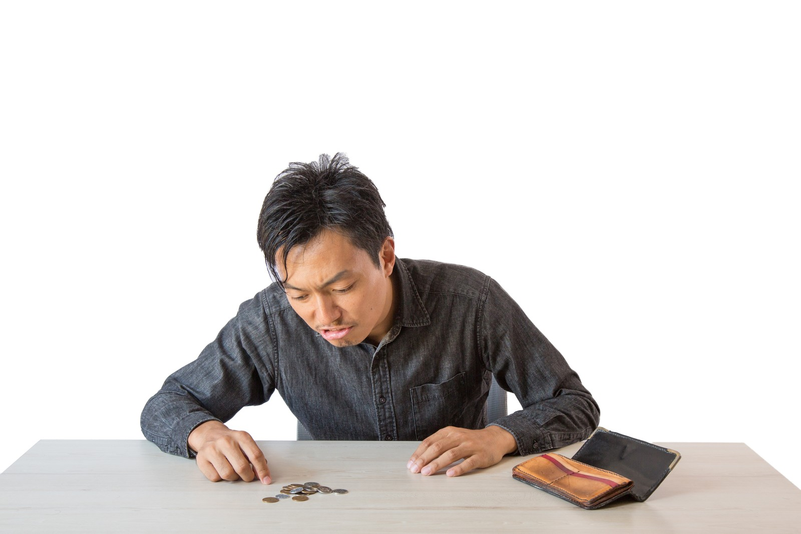 「残りの生活費を計算する男性」の写真[モデル:藤沢篤]