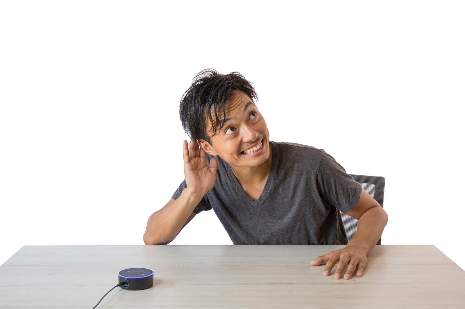 「スマートスピーカーの反応に大満足の男性」の写真[モデル:藤沢篤]