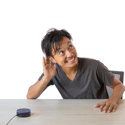 スマートスピーカーの反応に大満足の男性の写真