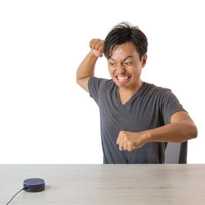 音声アシストに認識されずスマートスピーカーに逆切れする男性の写真