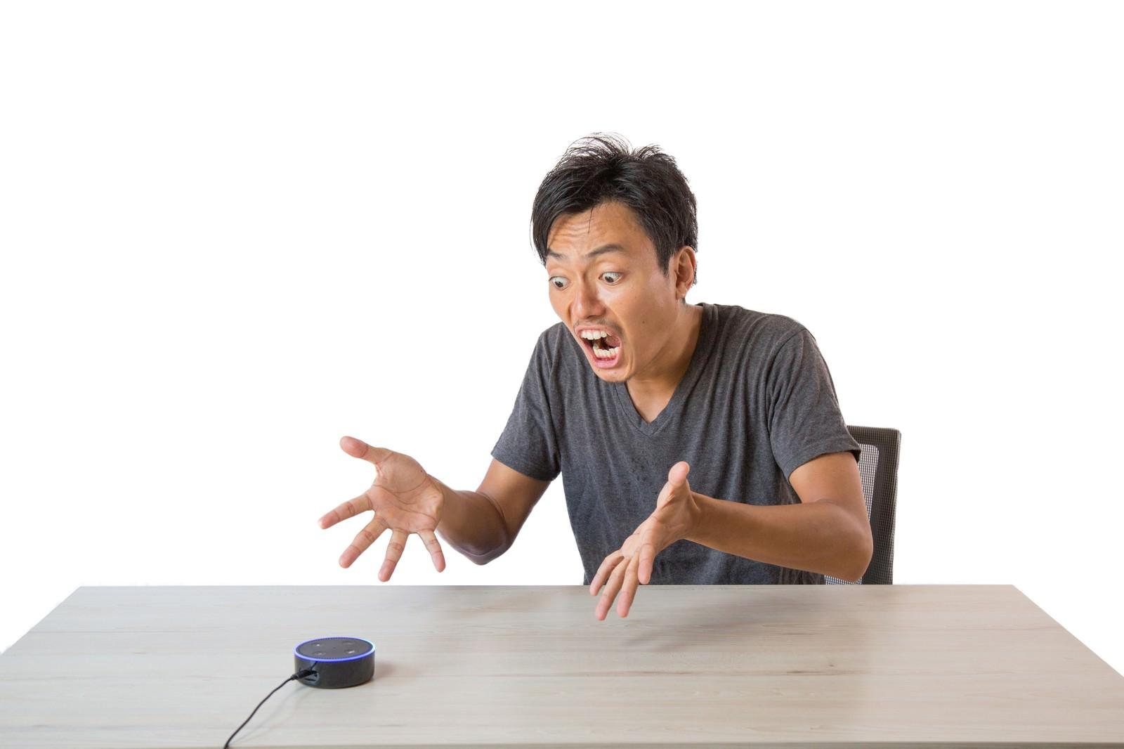 「予想外の音声アシストに聞き返す男性」の写真[モデル:藤沢篤]