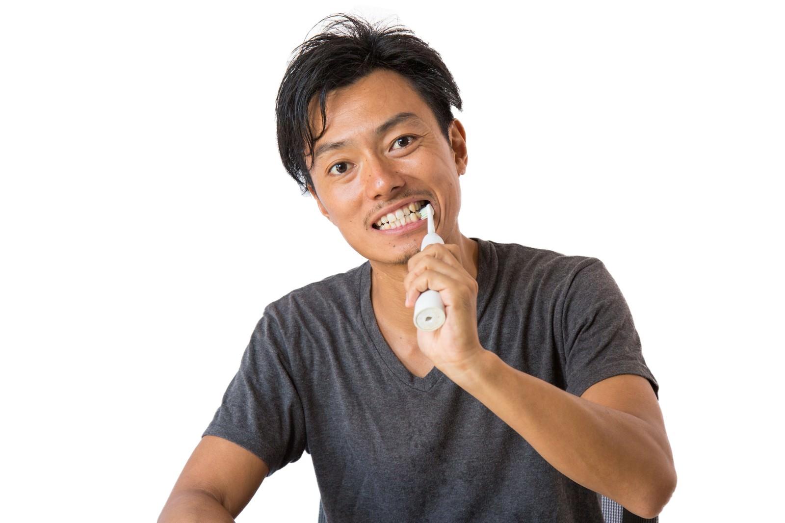 「電動歯ブラシでデンタルケア」の写真[モデル:藤沢篤]