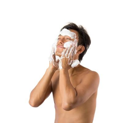 メンズ用泡洗顔でスッキリ男性の写真