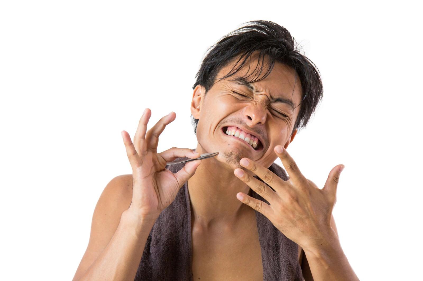 「毛抜で髭を抜く痛み(男性)」の写真[モデル:藤沢篤]