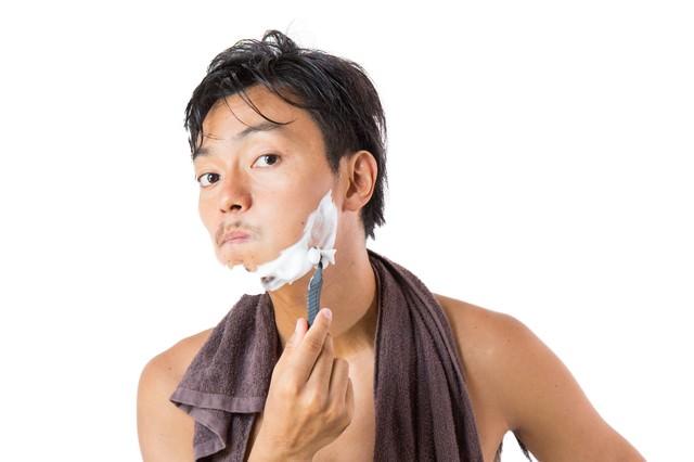 髭剃りをする男性の写真