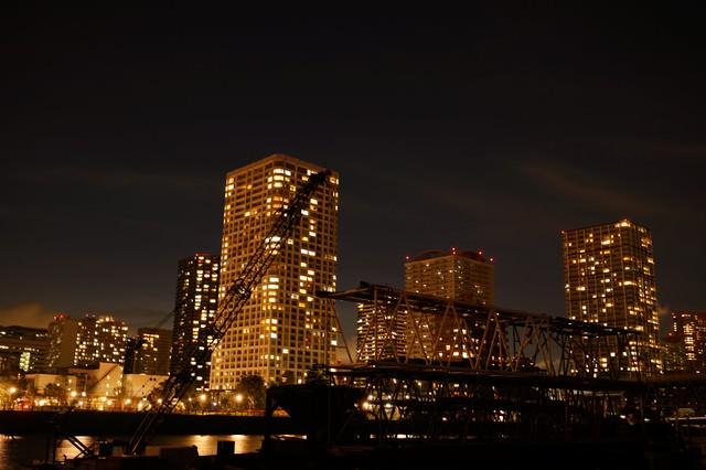 夜の港区のビルの写真