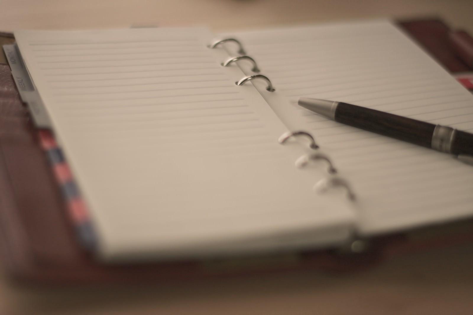 「ノートとペンノートとペン」のフリー写真素材を拡大