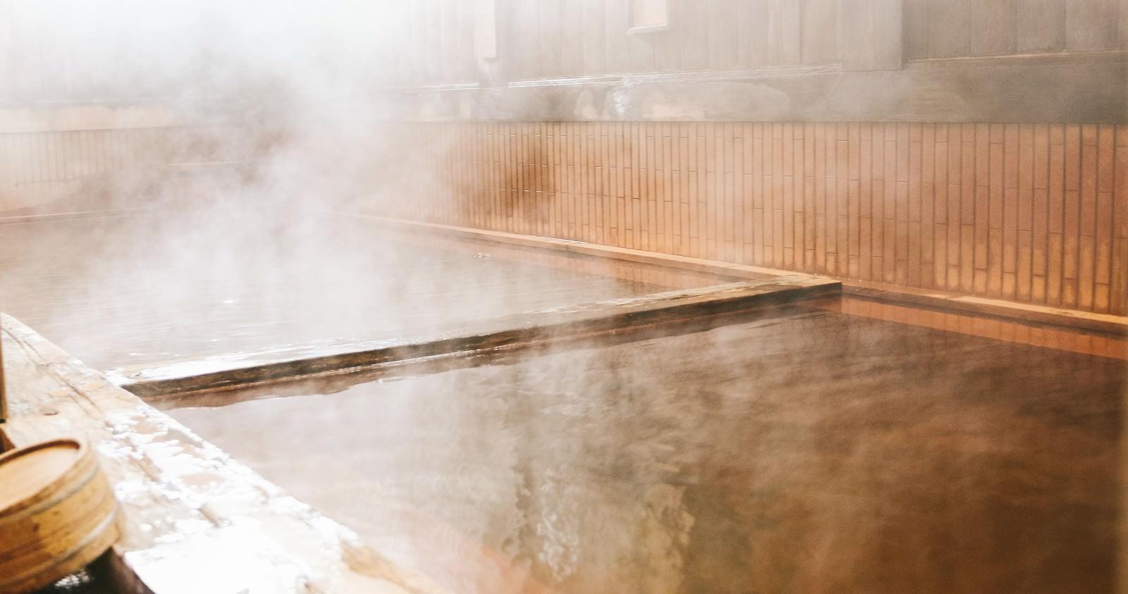 「総檜の浴槽から雪見を満喫できる平湯館の露天風呂 | 写真の無料素材・フリー素材 - ぱくたそ」の写真