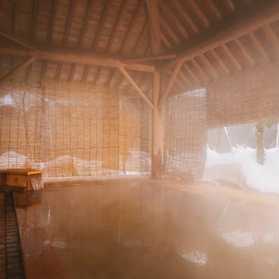 溢れ出る温泉にざっぶーんと身を沈める平湯館の総檜露天風呂の写真
