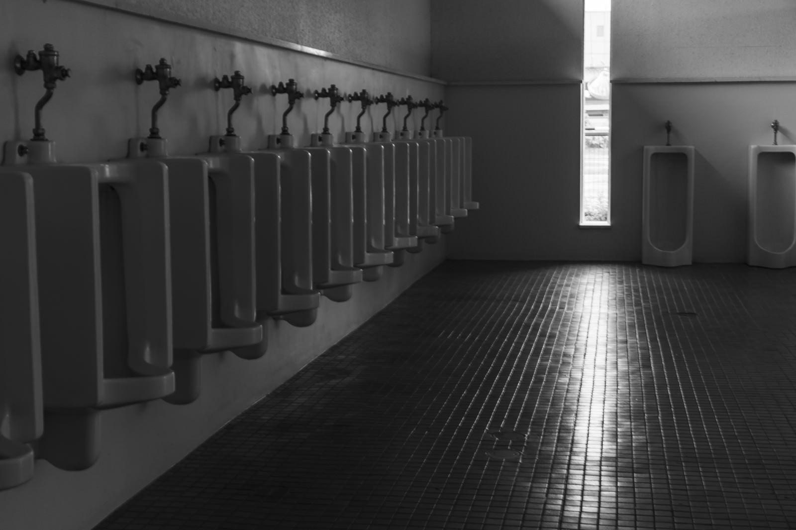 「誰もいない男性トイレ」の写真