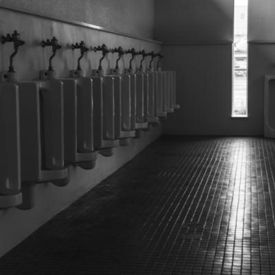 「誰もいない男性トイレ」の写真素材