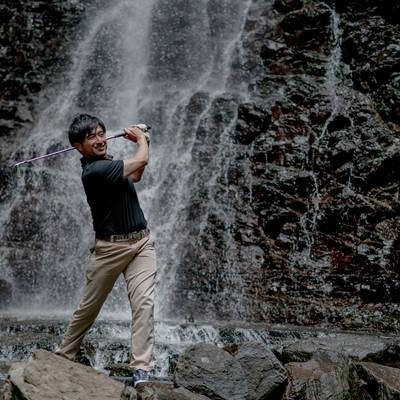 滝が流れる岩場からのショットの写真