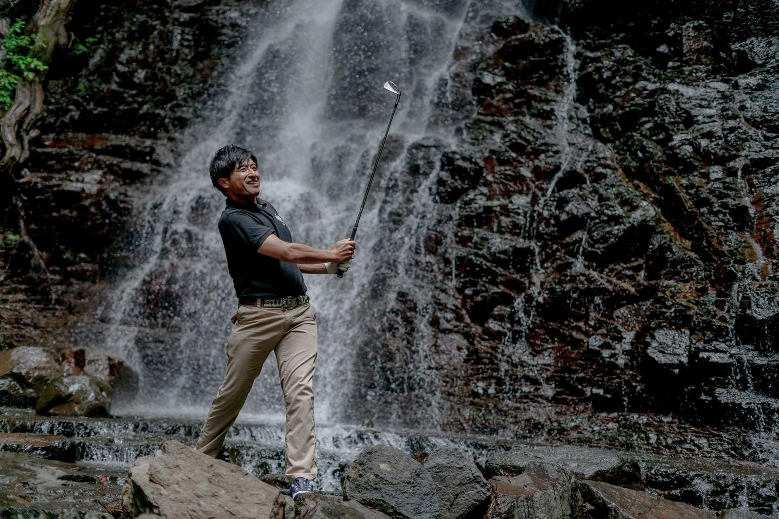 「どんな悪条件や環境下でもゴルフを楽しむゴルファー」の写真[モデル:サカモトリョウ]