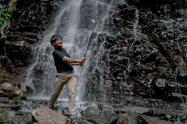 どんな悪条件や環境下でもゴルフを楽しむゴルファーの写真