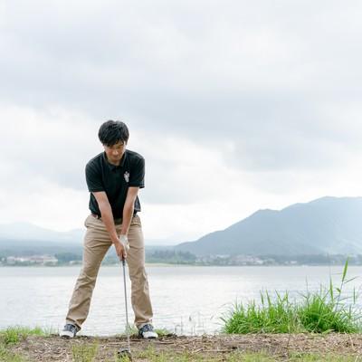 ゴルファーの正しいアドレス(クラブを下に置いて止まっている状態)の写真