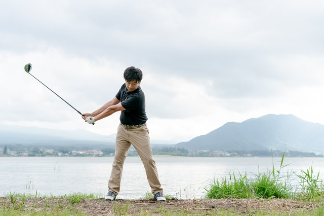 ゴルファーのバックスイングの実例の写真