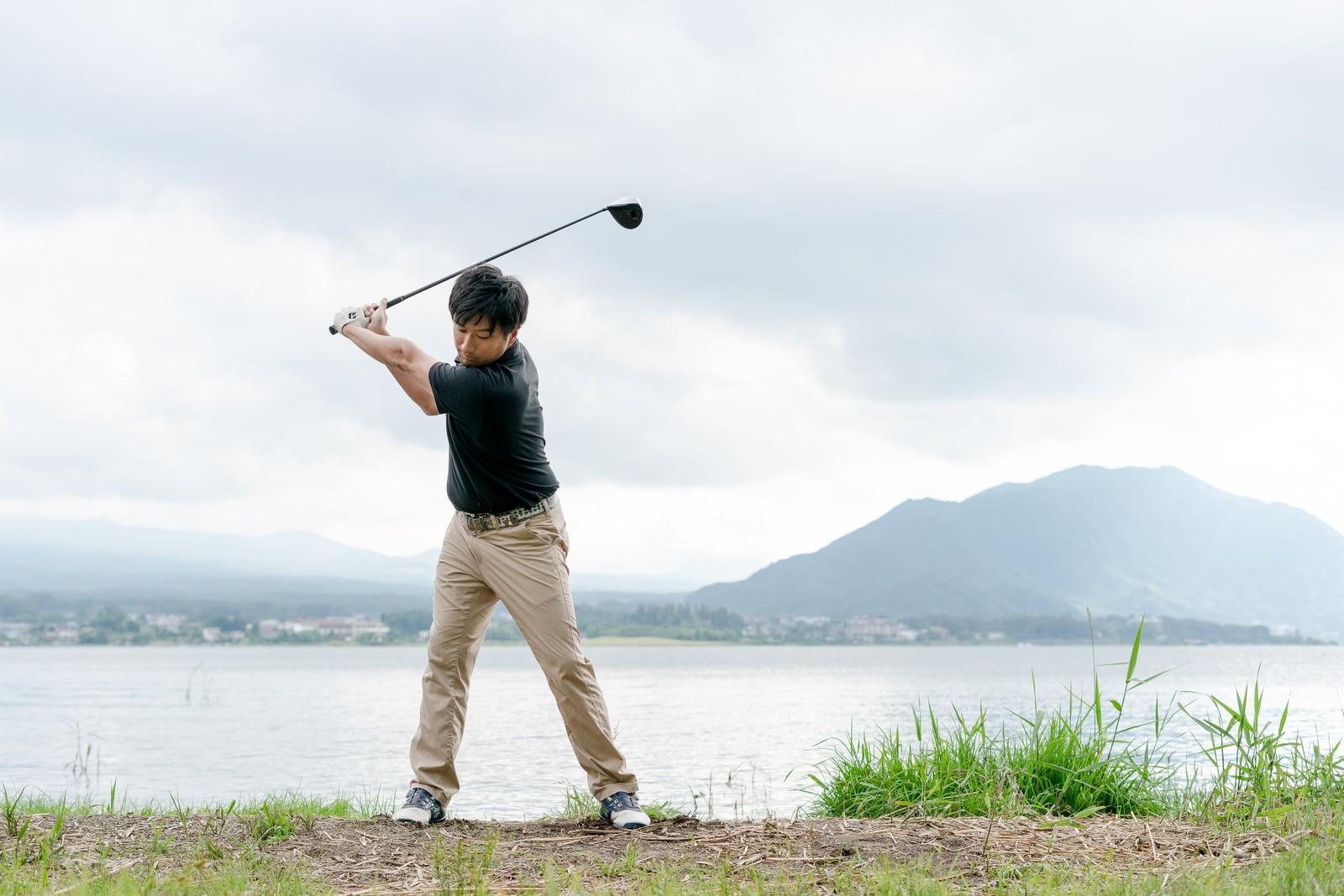 「ゴルファーの理想のバックスイング | 写真の無料素材・フリー素材 - ぱくたそ」の写真[モデル:サカモトリョウ]