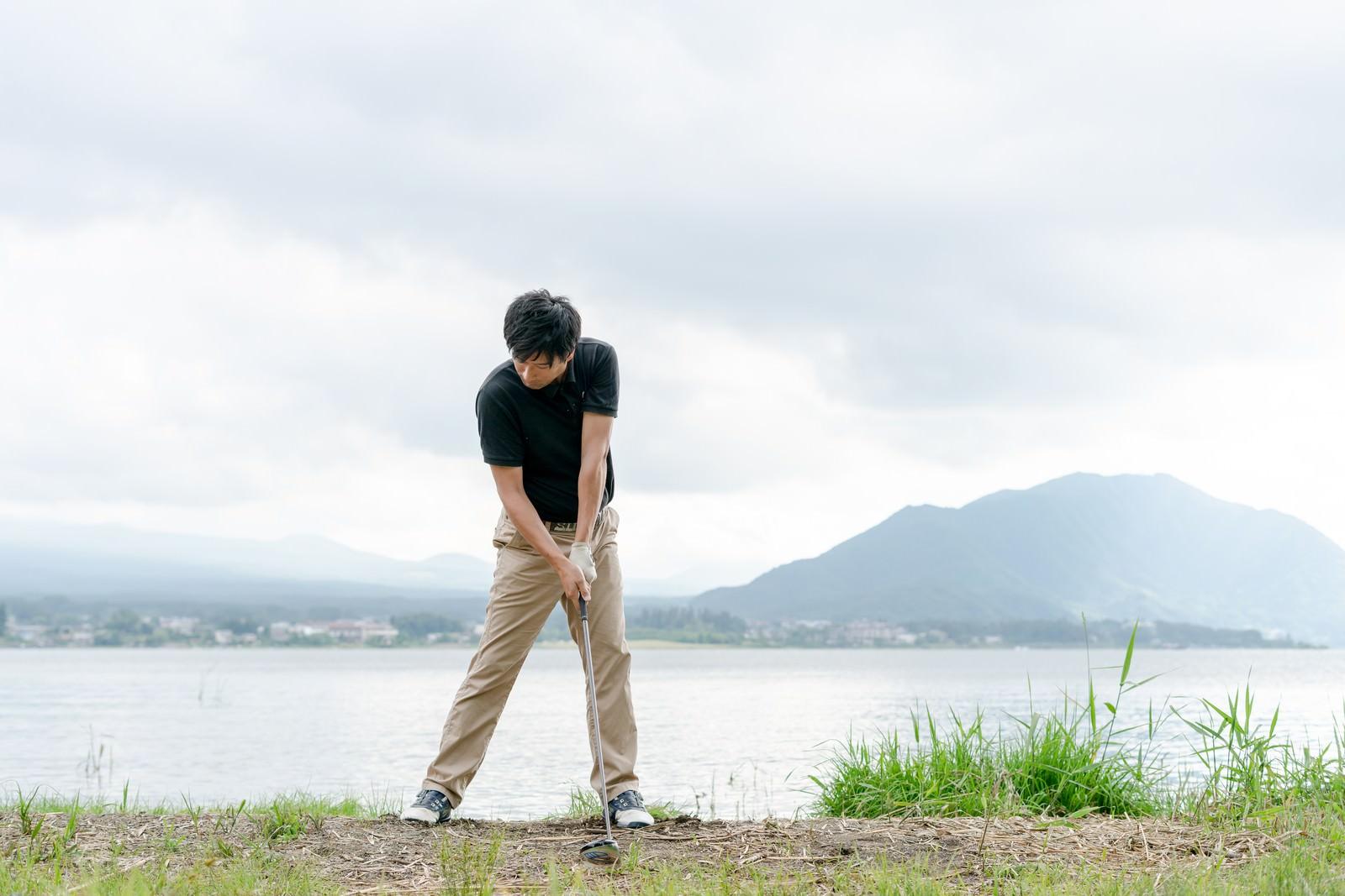 「ゴルファーのインパクトの瞬間」の写真[モデル:サカモトリョウ]