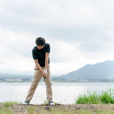 ゴルファーのインパクトの瞬間の写真