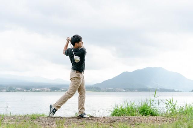 ドライバーを振るゴルファーの写真