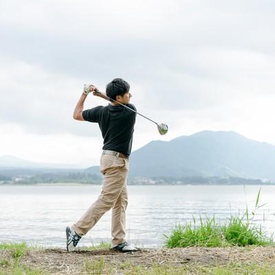 ゴルフスイング(フィニッシュ)の写真