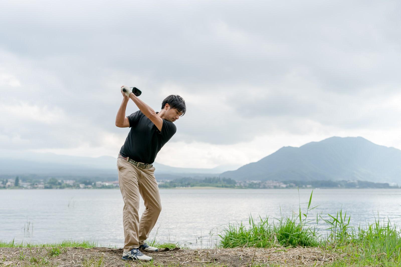 「ゴルファーのスイング(トップ)」の写真[モデル:サカモトリョウ]